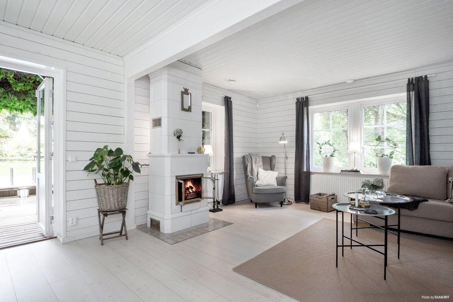 Drewniany domek w bieli i szarościach, wystrój wnętrz, wnętrza, urządzanie mieszkania, dom, home decor, dekoracje, aranżacje, scandi, styl skandynawski, scandinavian style, salon, pokój dzienny, living room, IKEA