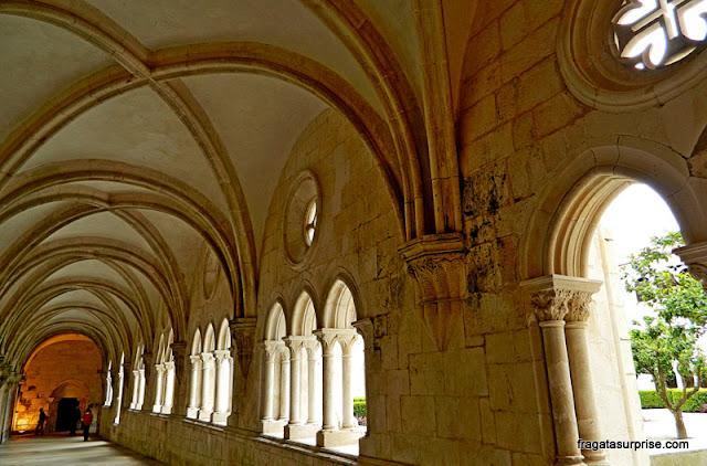 Arcadas do pavimento térreo do Claustro de D. Dinis, Mosteiro de Alcobaça
