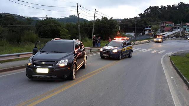 PRF troca tiros e prende criminosos em veículo roubado na Régis Bittencourt em Itapecerica da Serra