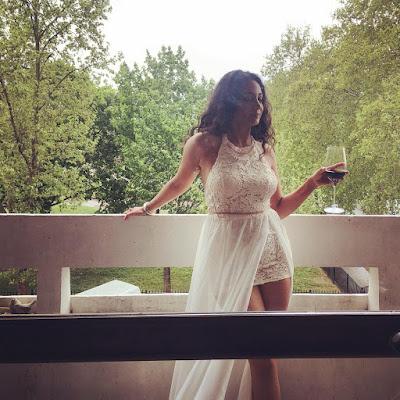 بالصور.. سارة حناشي في أحدث جلسة تصوير بفستان أبيض قصير