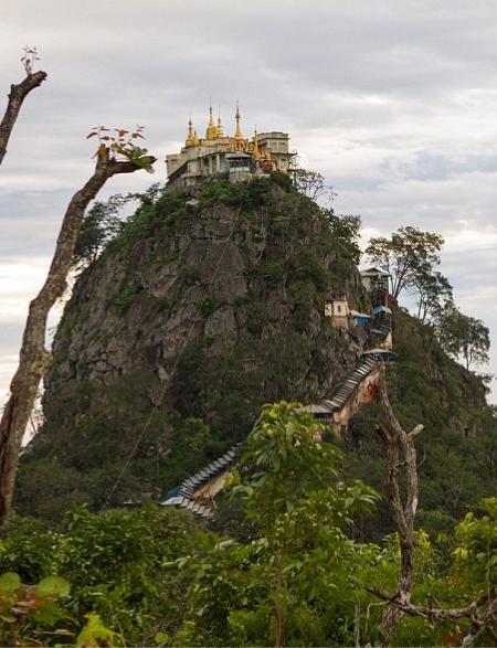 Cele 777 de trepte care trebuie urcate la Taung Kalat
