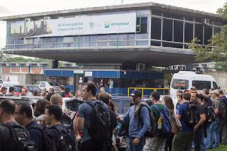 Petroleiros fazem ato contra desmonte e privatização da Petrobras no RS
