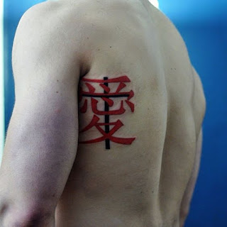 tato tulisan jepang di punggung