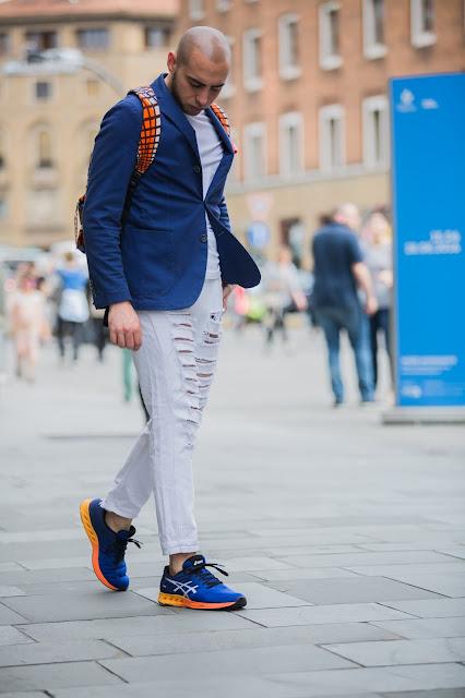 come abbinare una giacca con delle sneakers look uomo