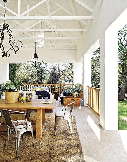 sillas tolix en la terraza chicanddeco