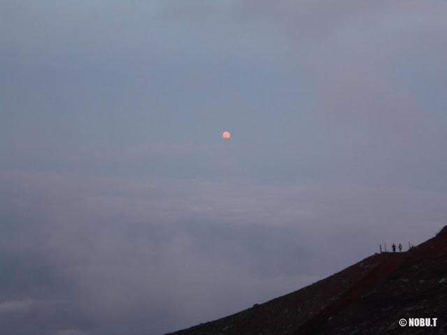 富士山・吉田ルートから見た満月