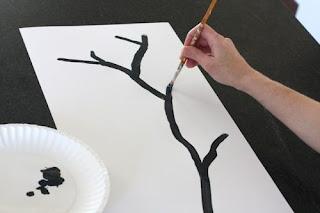 Langkah pertama sobat gambar batang pohon bunga sakira dengan kuas dan cat hitam