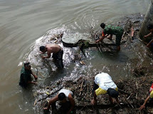Babinsa Koramil 1304-04/Tapa dan Masyarakat Bersihkan Sampah Penyumbat Bendungan