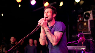 Adam-Levine-Singing-tattoo