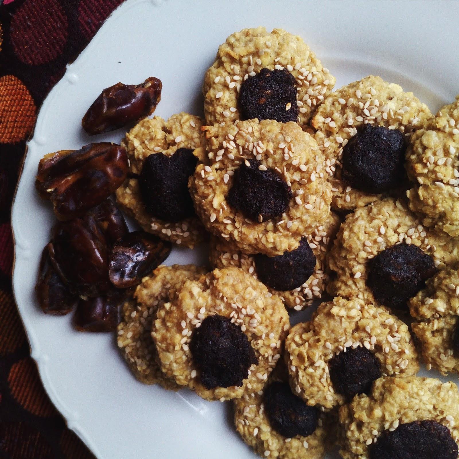 Arašídové sušenky s karobem a datlemi