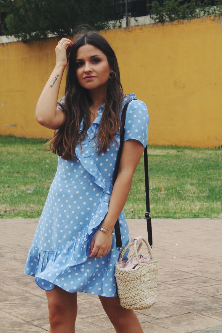 Blogger de moda con vestido de volantes