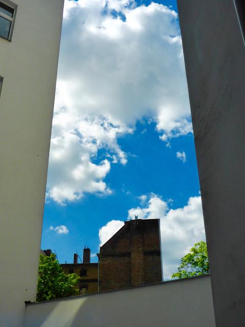 Fassade, Mauer, Fassade: Dazwischen strahelender Himmel