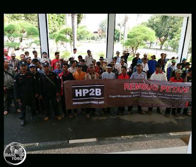 Foto 5: REMBUG PETANI KE-1 di Gedung DPRD Subang