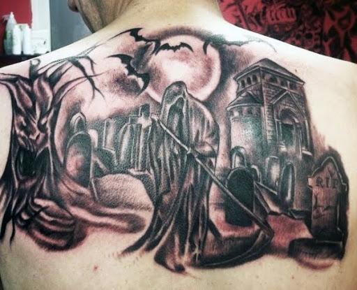 O Grim Reaper tatuagem de pé, junto a sepulturas. Neste assustador e misterioso Grim Reaper tatuagem, o reaper é visto para ser acompanhado por morcegos como anda lentamente em meio a cama de pessoas mortas.