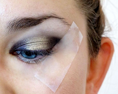 tip cinta adhesiva para smokey eyes