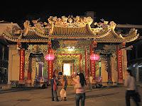 Tempel in Thailand bei Nacht beleuchtet