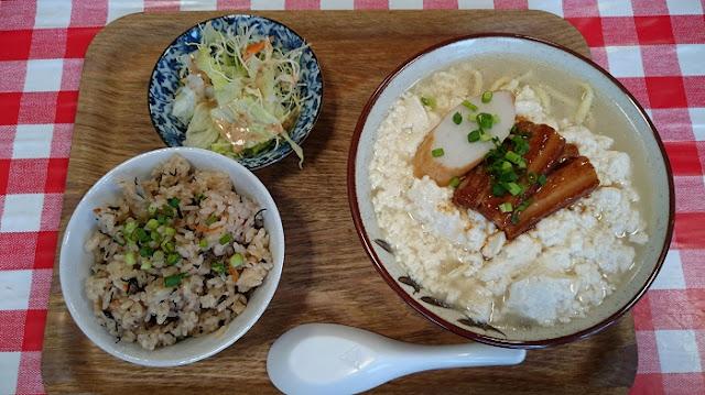 ゆし豆腐とじゅーしー(小)とサラダの写真