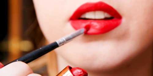 chica maquillandose los labios