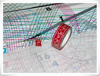 Fäster mönsterpapper på mönsterark med tejp