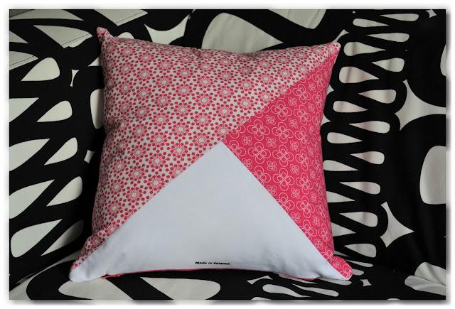 coussin motifs fleuris rose et blanc