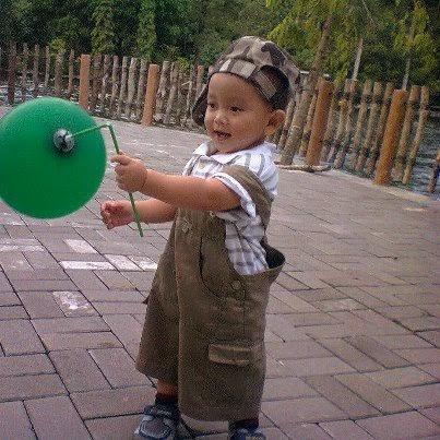 bayi laki-laki belajar jalan