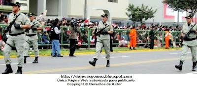 El INPE desfilando con patriotismo, disciplina y armamentos especiales para su labor. Foto tomada por Jesus Gómez