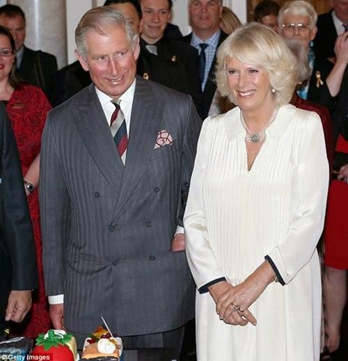 """Cyrus và Priya Vandrevala - cặp vợ chồng doanh nhân, nhà từ thiện người Ấn Độ tại Luân Đôn, Anh quốc sẽ chi hàng trăm hàng ngàn bảng Anh cho một buổi hòa nhạc của dàn nhạc Philharmonia trong bữa tiệc sinh nhật tại Cung điện Buckingham dành cho người thừa kế ngai vàng nước Anh.  Phát ngôn viên của cung điện cho biết sự kiện này sẽ diễn ra vào ngày 21 tháng 11, một tuần sau ngày sinh nhật của Công tước xứ Wales, nhưng cũng nói thêm: """"Đây là một sự kiện riêng tư vì vậy chúng tôi sẽ không bình luận"""". Thái tử Charles sẽ bảo trợ cho sự hiện diện của dàn nhạc tại Luân Đôn, và mỗi bản nhạc đều được Thái tử đích thân lựa chọn.  Buổi dạ tiệc sẽ diễn ra trên nền nhạc của nhà soạn nhạc nổi tiếng người Đức Wagner, một trong những cái tên lớn nhất của nền âm nhạc cổ điển thế giới.  """"Đây quả là sự trùng hợp thú vị vì năm nay cũng là sinh nhật thứ 200 của Wagner"""", phát ngôn viên của cung điện chia sẻ với tờ Daily Mail của Anh quốc.  Cyrus Vandrevala là một nhà đầu tư cổ phần tư nhân và vợ của ông, Priya, là người sáng lập và Chủ tịch của Tập đoàn Hirco - một trong những nhà phát triển bất động sản cao cấp lớn nhất của Ấn Độ. Cặp vợ chồng tỷ phú hiện đang sống tại khu Holland Park sang trọng nằm ở trung tâm thành phố Luân Đôn, và tham gia tích cực vào một số dự án từ thiện thông qua Quỹ Vandrevala.  Họ cũng được biết đến trong giới hoàng gia Anh là người bảo trợ của tổ chức từ thiện Elephant Family, do nhà bảo tồn Mark Shand - anh trai của Camilla Parker-Bowles, nữ công tước xứ Cornwall sáng lập.  Cặp đôi này được cho là có mối quan hệ thân thiết với Thái tử Charles và công nương Camilla. Thậm chí họ còn được mời tới nơi nghỉ dưỡng của hoàng gia Highgrove tại Gloucestershire.  """"Buổi dạ tiệc sẽ được tổ chức kết hợp với công việc từ thiện bởi dàn nhạc Philharmonia cũng sẽ hỗ trợ các nghệ sĩ nghèo thông qua quỹ ủy thác của nó"""", một phát ngôn viên của Quỹ Vandrevala cho biết.  Buổi dạ tiệc danh giá vào tháng 11 sẽ chào đón 250 vị khách mời cấp cao, dự kiến sẽ bao gồm các thành viên nổi """