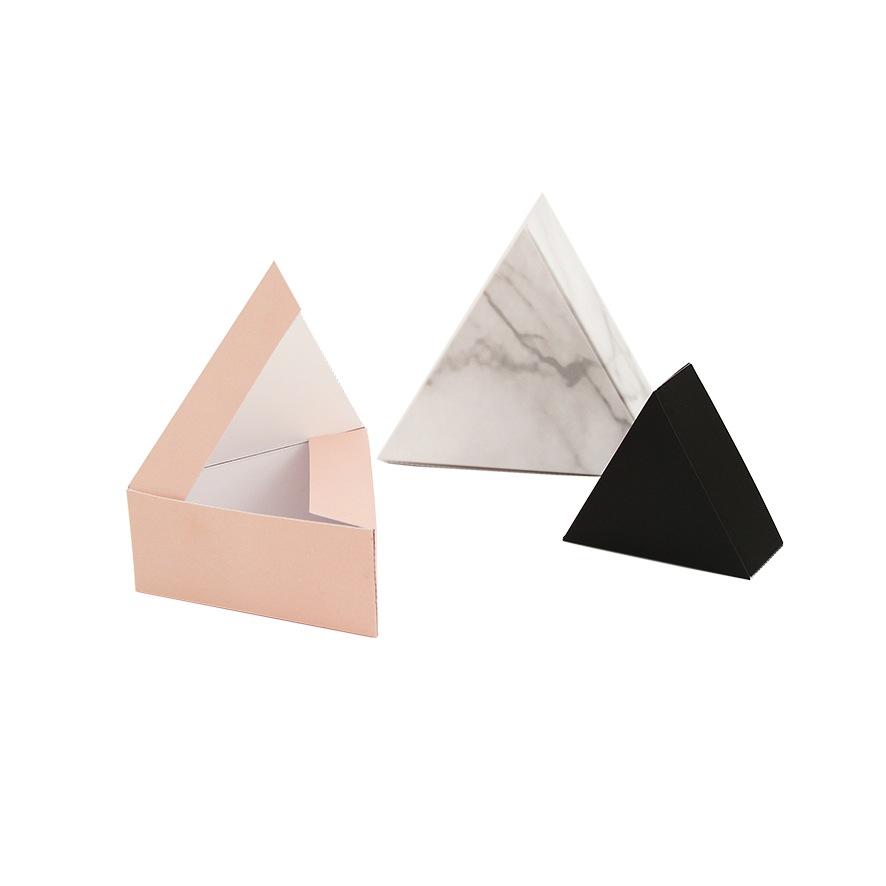pudełka w kształcie trójkątów
