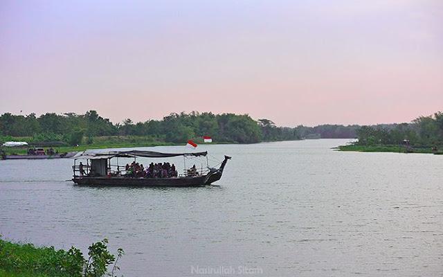 Kapal menyeberangkan sepeda motor dan mobil dari Megaluh ke Jatikalen