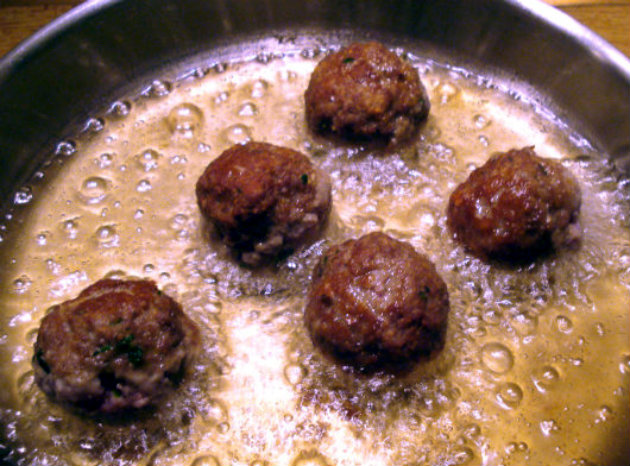 Laka kuharica: Spaghetti with meatballs. Spaghetti with juicy meatballs in a homemade tomato sauce is a tasty and filling meal that is loved by all.