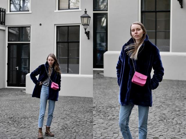 Outfit met Zaful bontjas Shoeby roze tas Monki kimomo mom jeans en Dr. Martens