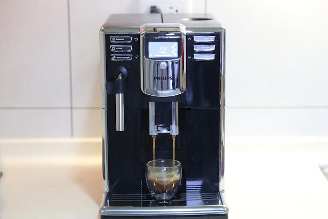 PHILIPS 飛利浦 EP5310 全自動義式咖啡機開箱:鋼琴烤漆美型質感、一指享受美味生活