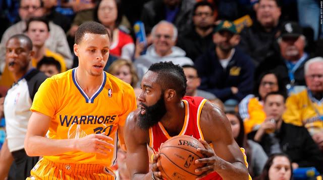 Stephen Curry défends sur James Harden, lors d'un match NBA entre les Warriors de Golden State et les Rockets de Houston.