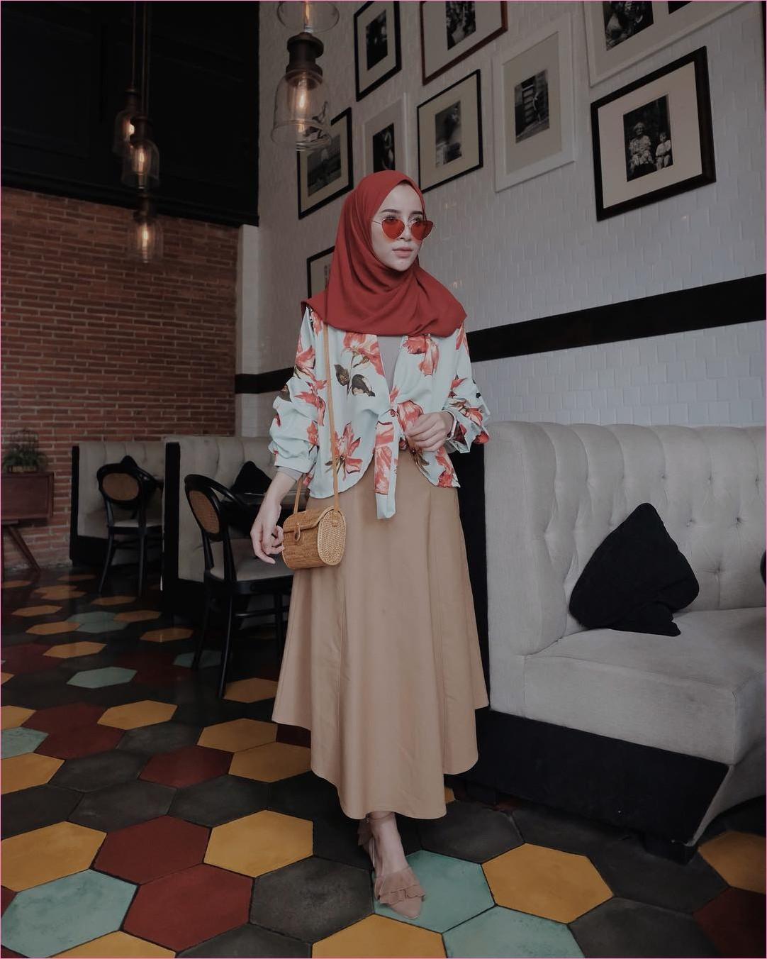 Outfit Rok Untuk Hijabers Ala Selebgram 2018 loafers and slip ons sandals krem top blouse hijau pastel hijab pashmina diamond kacamata bulat oren tua mangset abu slingbags rotan coklat rok A-line krem ootd trendy