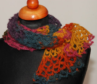 Kolorowy szalik wykonany na szydełku