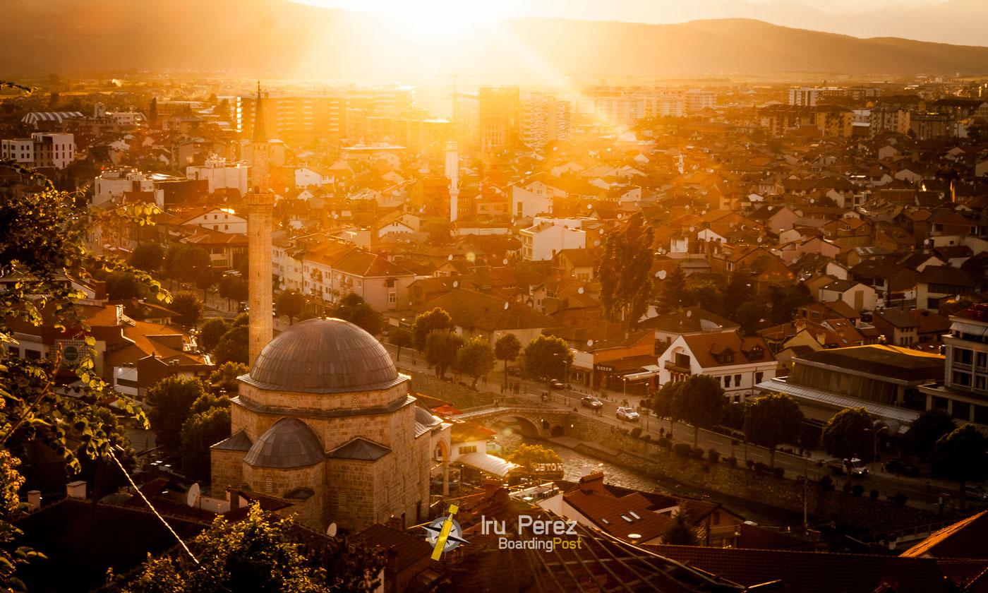 Mezquita y turismo en Prizren, Kosovo