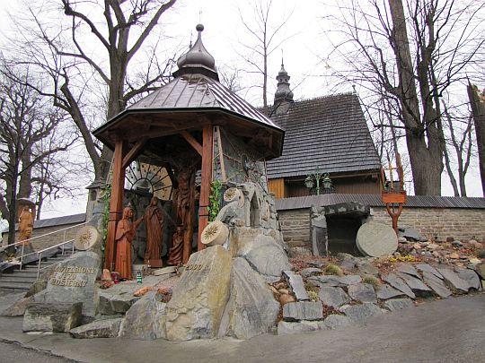 Rzeźby przy kościele.
