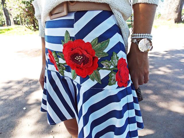 saia de listras, saia de babado, aplicação de flor, flor vermelha, look outono 2017, outono 2107, fashion, tendências, tricô com paetê, gleikka, gleika