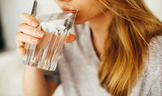 सुबह उठकर गर्म पानी पीने से होते है ये गजब फायदे