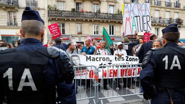 Franceses reciben con una lluvia de huevos al ministro de Economía