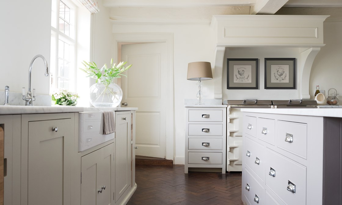 beautiful-bespoke-UK-kitchen-Neptune-shaker-cabinets-farmhouse-style