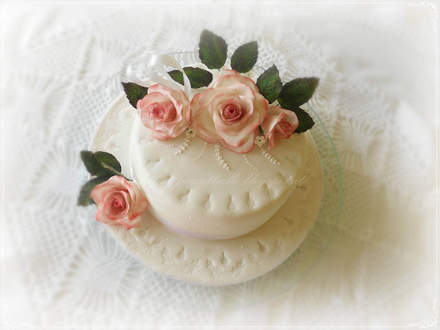 torta in pasta di zucchero con rose gum paste