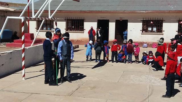 """Wie an jedem Montag wird der Schulalltag mit der sog. """" hora civica"""" eröffnet. Die Nationalflagge wird gehisst. Dann trägt ein Lehrer ein Thema vor, und im Anschluss erfreuen sich die Schüler an Sketchen. 😂"""