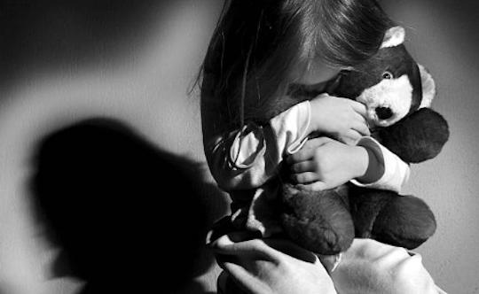 Buscan mujer que obligó su hija a comer excremento en Santiago