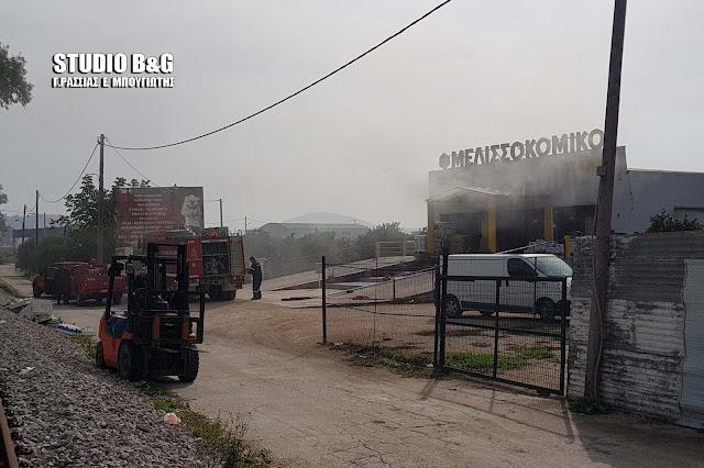 Αργολίδα: Μεγάλη πυρκαγιά σε επιχείρηση μελισσοκομικών προϊόντων στην Δαλαμανάρα