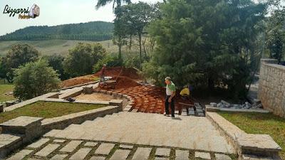 Dia 15 de setembro de 2016, Bizzarri na sede da Fazenda em Atibaia-SP, acompanhando a obra da construção da escada de pedra folheta com o piso de pedra com junta de grama e com as muretas de pedras e execução do paisagismo.