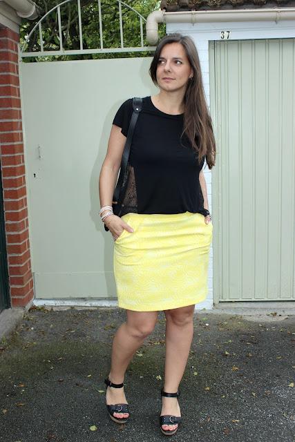 jupe jaune naf naf, sandales noires, top sinequanone