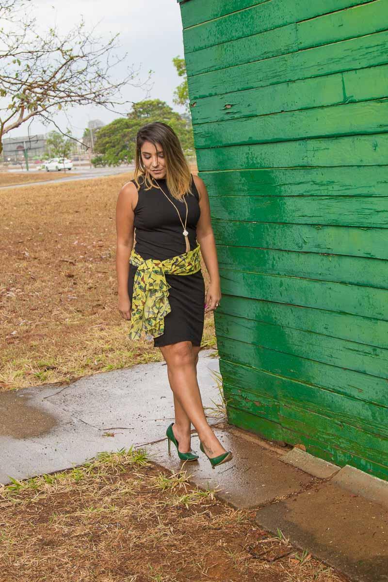 Não tão básico: mudando o vestido preto com um lenço na cintura