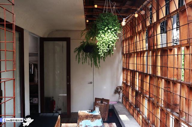 IMG 47531 - 【新竹美食】弄點咖啡COFFEE BAR -位於大遠百巷弄間的老屋咖啡廳,來這裡可以享受都市間的寧靜,甜點、飲品擺盤做工都非常的講究,價格也相當親民!