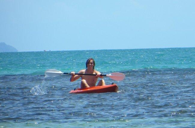 Парень плывет на кайяке в море